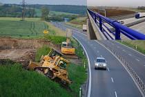 Snímky zachycují stejné místo obchvatu, a to napojení na silnici I/48 směrem na Nový Jičín. Na fotografi i vlevo jde vidět začátek výstavby tohoto úseku v polovině roku 2009, vpravo současný stav.