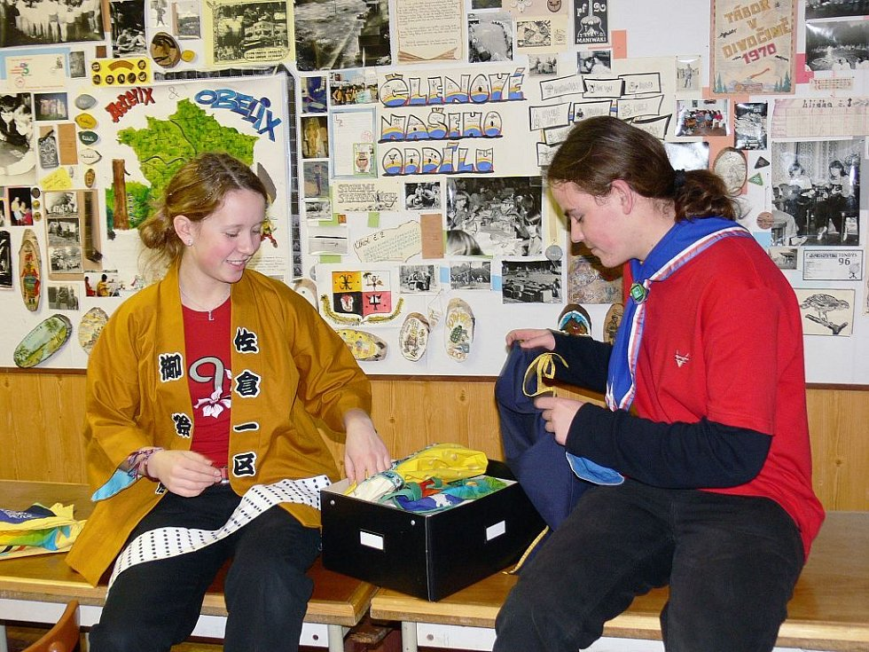 Skauti ze střediska Kopřivnice se přebírají věcmi, které si dovezli z celosvětového setkání skautů v Anglii.