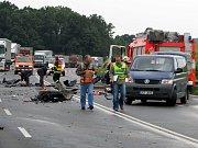 Jeden mrtvý a třiadvacet zraněných – taková je bilance hromadné dopravní nehody, která se stala ve čtvrtek 2. září krátce před 16. hodinou nedaleko exitu 330 na dálnici D1 ve směru na Ostravu. Naštěstí jen v rámci cvičení integrovaných složek.
