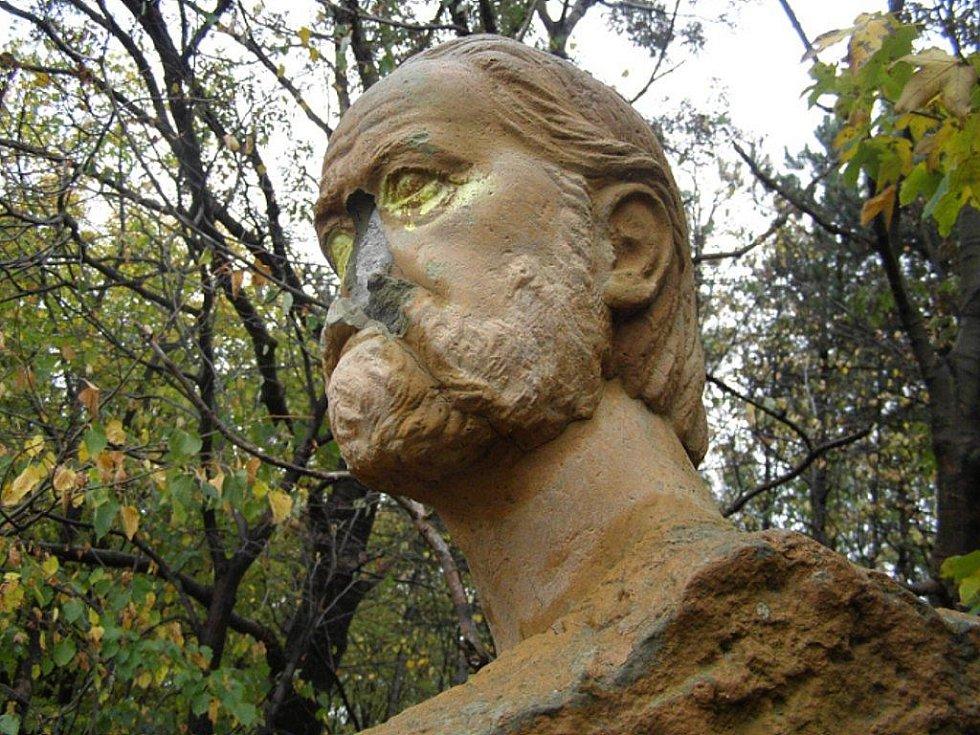 Neznámý pachatel poškodil v Národním sadu Kotouč ve Štramberku tři pískovcové sochy.
