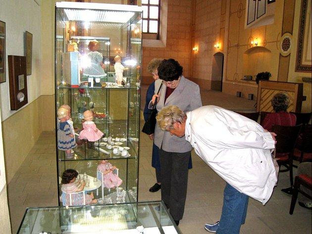 Jednou z přístupných expozic bude i výstava panenek ve Fulneku v kostele sv. Josefa.