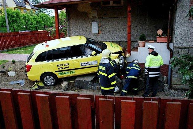 Mladý taxikář nezvládl v úterý 5. května před polednem řízení auta a skončil ve vchodu do rodinného domu na Myslbekově ulici v Novém Jičíně.