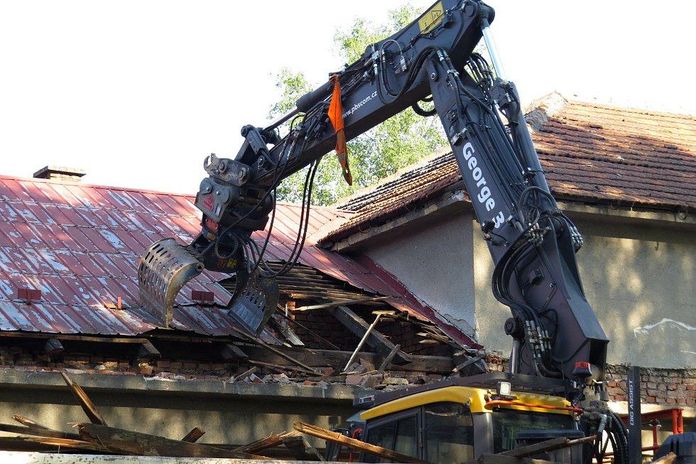Rekonstrukce bývalého kina v Kuníně je v plném proudu. V pátek 11. června 2021 technika bourala přístavek.