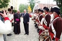 Jeho Osvícenost Franz-Joseph hrabě Waldburg-Zeil  a Jeho Jasnost František  Václav princ Lobkowicz  otevřeli v roce 2004 po slavné mši zámek v Kuníně pro  veřejnost.