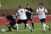 Fotbalisté Nového Jičína (v bílých dresech) poznali po třech utkáních hořkost porážky. Ve Valašském Meziříčí prohráli 0:2.