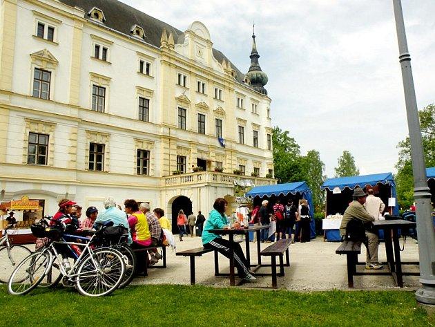 V roce 1999 byl zámek v Bartošovicích vyhlášen kulturní památkou. V současnosti zde sídlí informační centrum regionu Poodří, návštěvníci zde mohou navštívit také výstavu, která je věnována hostirii Zámku, Poodří i celého Kravařského regionu.