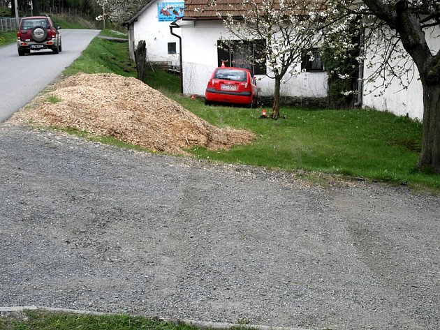 Řidička měla velké štěstí. nejprve srazila uzávěr plynu, o fous minula strom a skončila ve zdi rodinného domu.