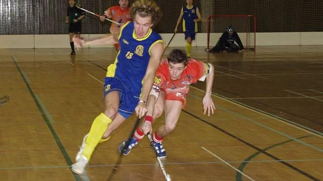 V pátém rozhodujícím utkání semifinálové série 1. ligy mezi Třincem  a Kopřivnicí (v modrém) zvítězili florbalisté Třince 8:6.
