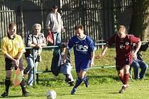 Ivo Maruchnič z TJ EPO Frenštát pod Radhoštěm (s míčem) utíká obránci Bohuslavic, Michalu Schreierovi (vpravo), v utkání šestého kola Moravskoslezské fotbalové divize E.