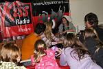 Více než osmdesát převážně mladých lidí přišlo v pondělí 1. listopadu do novojičínské nemocnice darovat krev. Důvodem velkého zájmu mohla být i mladá zpěvačka Markéta Konvičková.