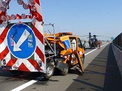 Na dálnici D1 na Novojičínsku v pondělí kolem poledne nákladní automobil narazil do vozidla údržby dálnice. Člen posádky tohoto vozu, který sbíral dopravní kužely, na místě zemřel.