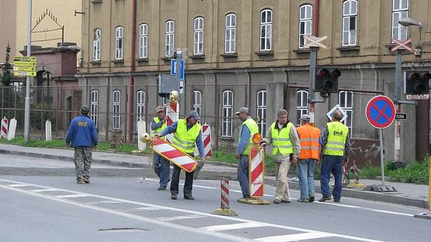 Čtyřměsíční loňská rekonstrukce mostů na silnici I/35 mezi Valašským Meziříčím a Hranicemi za sebou zanechala spoušť v podobě zničené komunikace v Novém Jičíně.