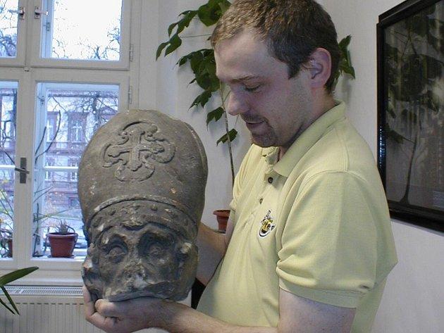 Hlava sochy svatého Mikuláše, která stála před sto lety v centru Nového Jičína, čeká na své půltunové tělo.