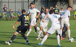 Fotbalisté Frenštátu pod Radhoštěm (v bílém) podlehli favorizovanému Bruntálu 0:3 a ročník zakončili na 12. pozici.