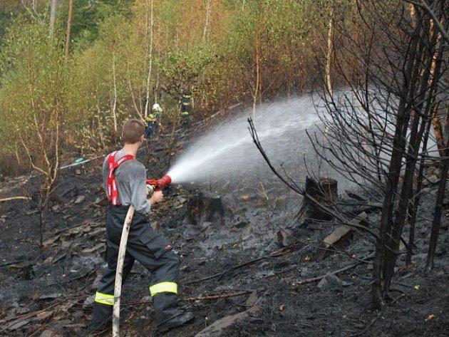 U Spálova začal hořet les ve velmi nepřístupném a svažitém terénu.