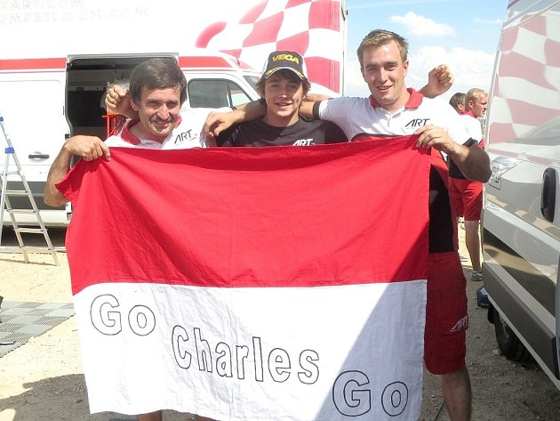 Jiří Macháč (vpravo) se svým otcem Petrem a motokárovým jezdcem Charlesem Leclercem z Monaka (uprostřed), který se letos stal vítězem světového motokárového šampionátu WSK.