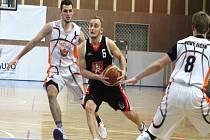 Novojičínští basketbalisté (ve světlém) doma podlehli Písku 63:73 a v závěrečných čtyřech utkáních nadstavbové části je čeká boj o poslední volné místo do play-off.