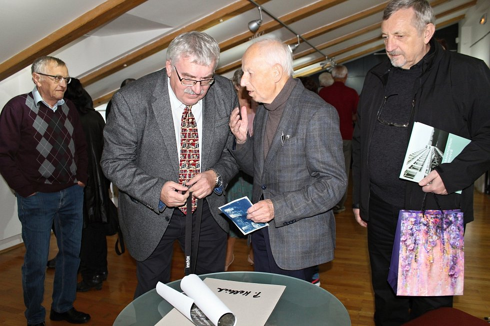 Výstava fotografií lékaře Petra Helbicha je k vidění v Lašském muzeu v Kopřivnici. Téměř devadesátiletý autor byl přítomen na vernisáži.