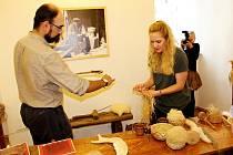 V příborské pobočce Muzea Novojičínska se již delší dobu věnují starým technologiím. Na snímku vedoucí pobočky Václav Michalička a pracovnice Petra Vidomusová při spřádání vlákna.