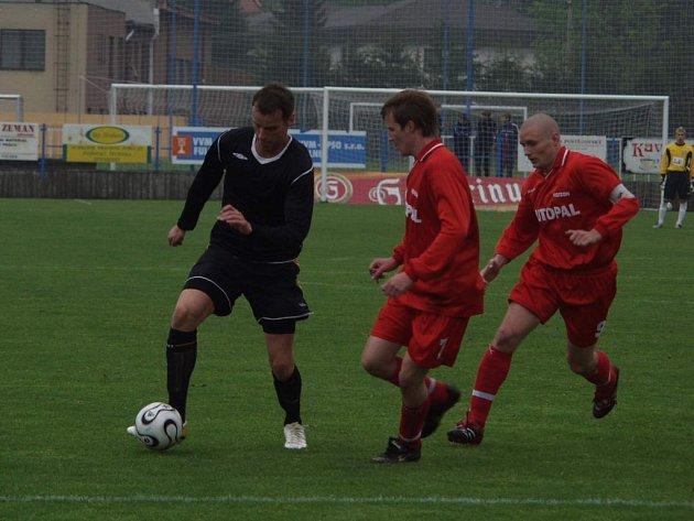 Útočník Fulneku Ondřej Smetana (vlevo) nasměroval gólem do sítě Nového Jičína rezervu Fulneku k vítězství. Bývalého hráče Vítkovic brání Jiří Hanzelka a Lukáš Bajer (vpravo).