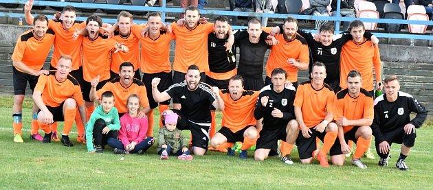 Fotbalisté Fulneku mohli po výhře s Odrami, kterou viděly tři stovky diváků, slavit vytoužený postup v domácím prostředí.