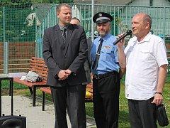 Bílovecký starosta Pavel Mrva (na snímku vlevo) na nedávném otevření dětského hřiště.