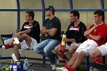 David Pražák (v kšiltovce) proti svému bývalému klubu nenastoupil. Utkání sledoval pouze z lavičky.