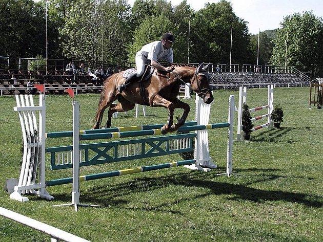 Jezdecký areál Na Nivách ve Frenštátě pod Radhoštěm při Moravském šampionátu mladých koní 2009. Ilustrační foto.