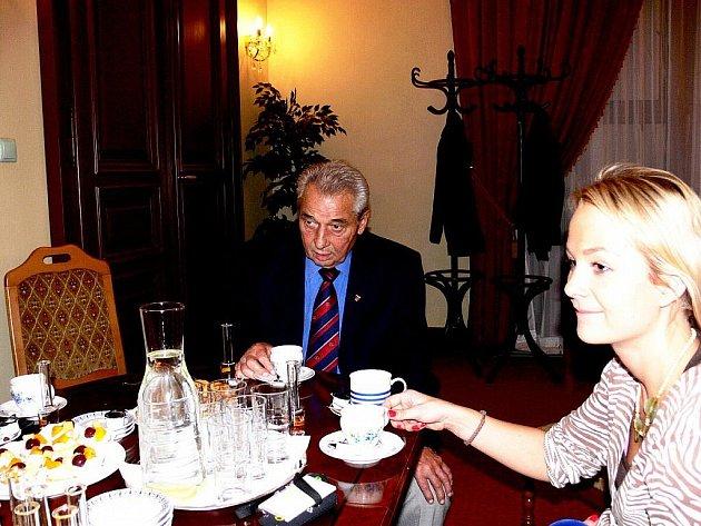 Jiří Raška přinesl na neformální setkání před zasedáním zastupitelstva i své ocenění.