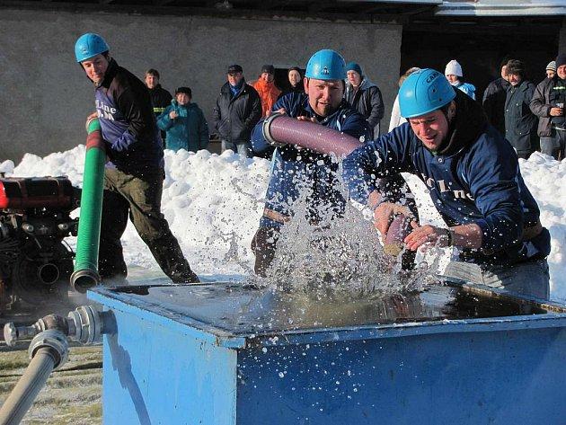Teploty pod bodem mrazu hasiče neodradili od účasti na zimní Mikulášské soutěži v Lukavci.