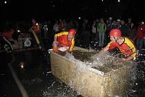 Noční hasičská soutěž v Odrách prověřila i ty zkušené.