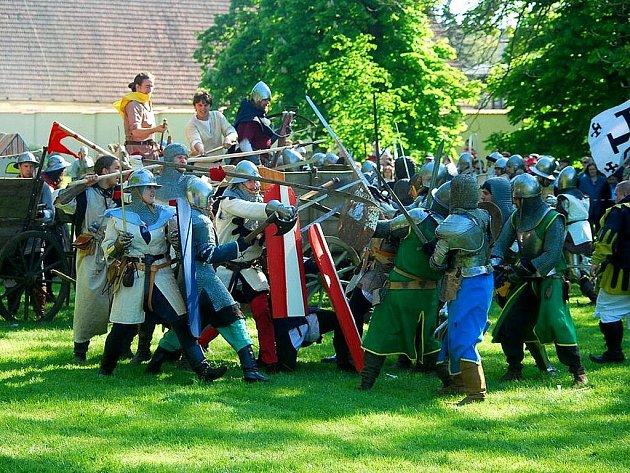 Překrásné sobotní počasí doprovodilo velkolepou historickou bitvu v areálu kunínského zámku.