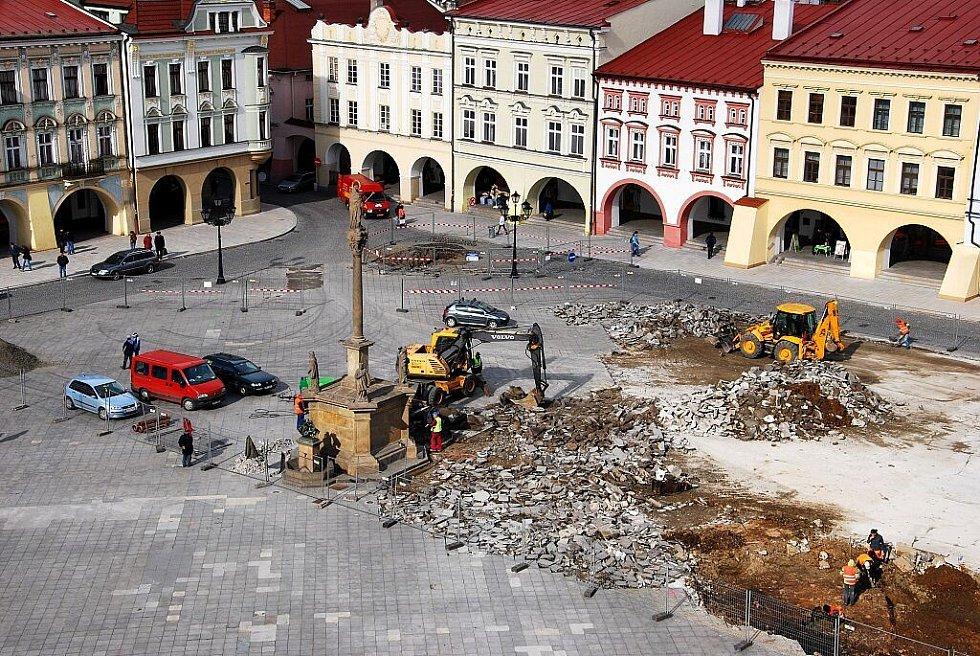 Rekonstrukce Masarykova náměstí v Novém Jičíně, zahájena z kraje tohoto týdne, proměnila historické centrum během dvou dní doslova v jedno velké staveniště.