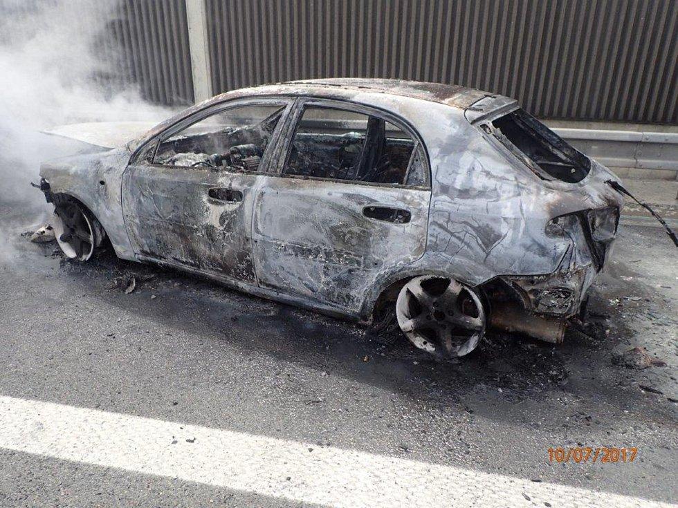 U požáru vozidla na dálnici D1 zasahovaly tři jednotky hasičů.