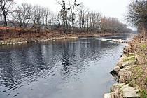 Řeka Bečva ve valašskomeziříčské městské části Juřinka.