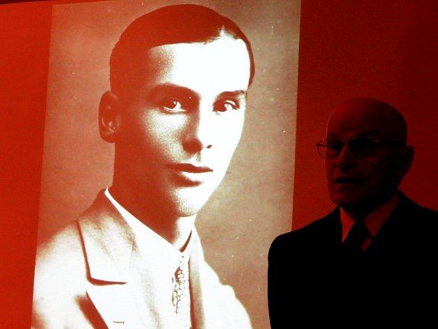 Drahomír Strnadel zahajuje přednášku o frenštátském rodákovi Záviši Kalandrovi.
