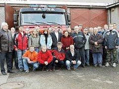 Členové SDH Frenštát pod Radhoštěm před tamní hasičskou zbrojnicí.