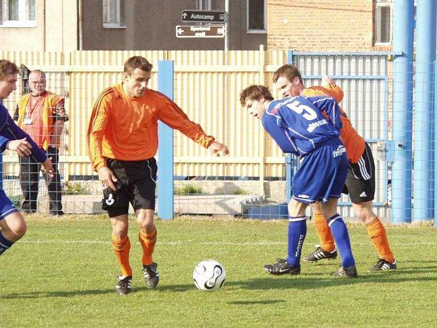 Také Petr Sedlák (s míčem) se podílel na výhře Fulneku nad Hranicemi ve druhém jarním kole Moravskoslezské fotbalové ligy. Z jeho přihrávky vstřelil střídající Traxl druhý, vítězný, gól utkání.