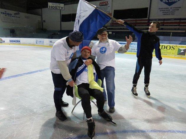 Ultramaratonec Karel Ligocki ze Suchdolu nad Odrou překonal svůj loňský rekord. Přesně 24 hodin jezdil na bruslích na ledě novojičínského zimního stadionu.