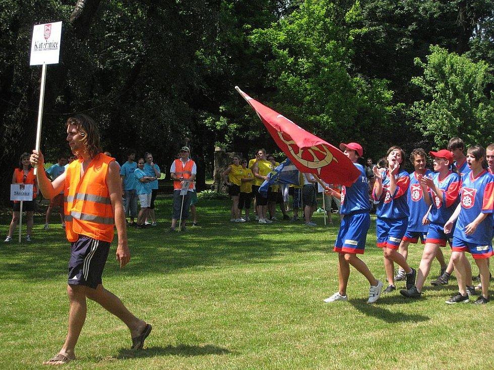 Venkovské hry bez hranic v zámeckém parku přilákaly týmy šestnácti obcí Regionu Poodří. Soutěžící čekaly různé disciplíny.