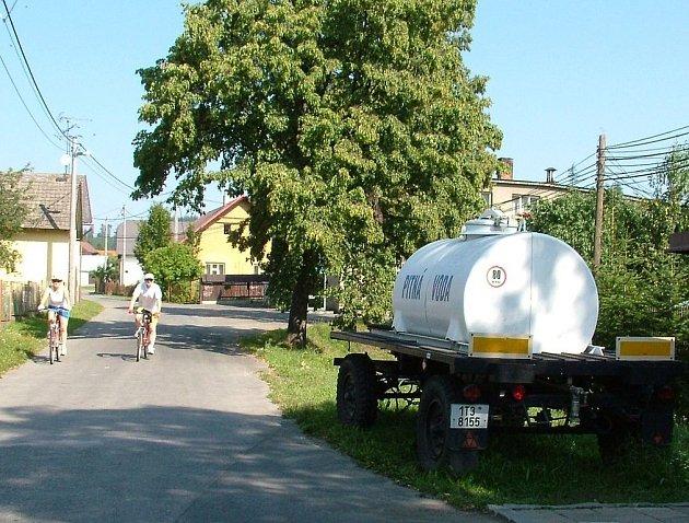 Cisterny s pitnou vodou, byly běžným letním koloritem života v Lukavci, části Fulneku.