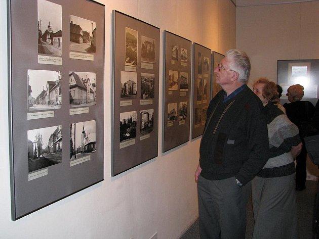 Výstava fotografií, zachycující někdejší Frenštát chytla návštěvníky za srdce.