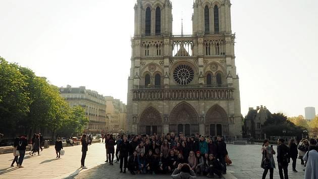 Novojičínský pěvecký sbor Puellae et Pueri se několik hodin před zničujícím požárem před katedrálou Notre-Dame fotil.