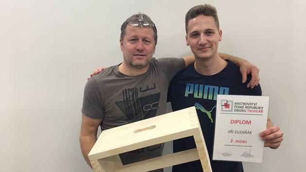 Jiří Zuzaňák se svým učitelem Zdeňkem Černochem krátce po vyhlášení výsledků truhlářské soutěže.