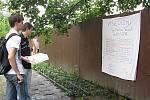 Druhý happening ukázal studentům historii aktivit, které se na škole děly nebo stále dějí. Ředitel gymnázia Václav Vaněk obdržel humorné vysvědčení.