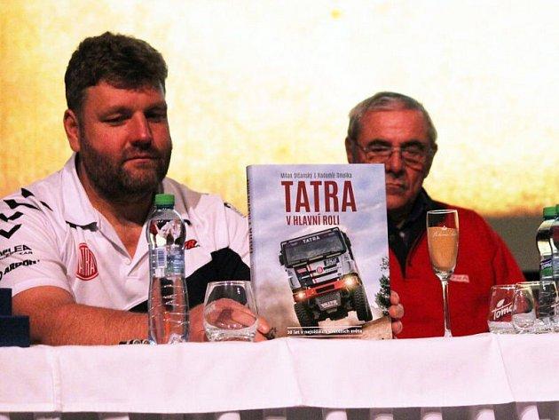Martin Kolomý a Ota Měřínský (vpravo) v únoru společně pokřtili v kinosále kulturního domu v Kopřivnici dakarským pískem knihu Tatra v hlavní roli.