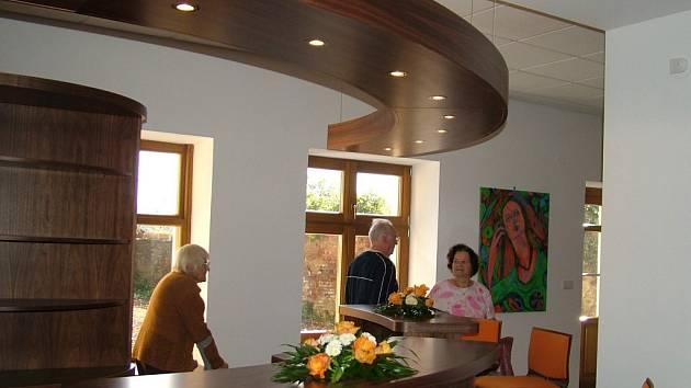 Součástí restaurace v kulturním centru je i bar, který si návštěvníci mohli prohlédnout ještě před otevřením.
