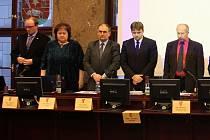 Milan Grestenberger (uprostřed) na snímku z roku 2011 ještě coby novojičínský radní. Po jeho levici stojí tehdejší místostarosta Jaroslav Dvořák a starosta Břetislav Gelnar.