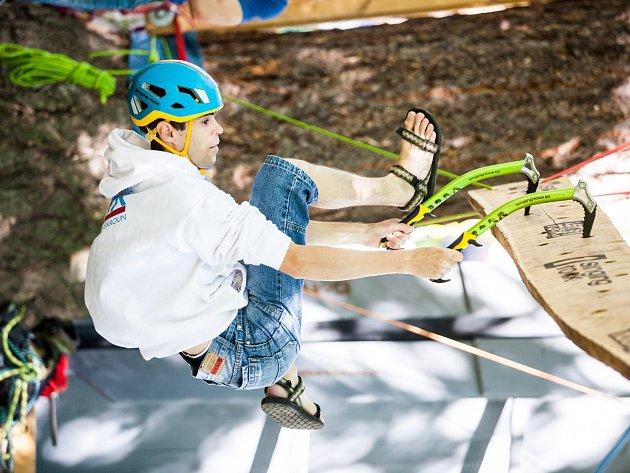 Jednou z doplňkových soutěží, kterých se během festivalu odehraje v městském parku spousta, je drytool - soutěž s cepíny na tréninkové desce.
