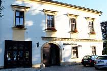 Bohatou historii má dům číslo popisné 2 v rohu Masarykova náměstí v Odrách. Vznikl již po polovině 16. století, později prošel velkou úpravou v době baroka a další přestavby se dočkal ve 20. až 30. letech 19. století, kdy došlo k zazdění podloubí.
